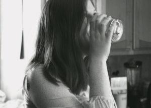 Umenshayet urovni bespokoystva 300x214 - Польза воды для мозга. Как простая вода делает нас умнее?