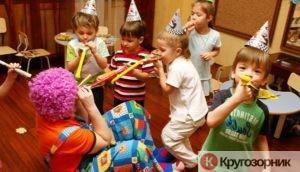 deti c klounom 300x172 - 10 интересных игр для для детей дошкольного и младшего школьного возраста